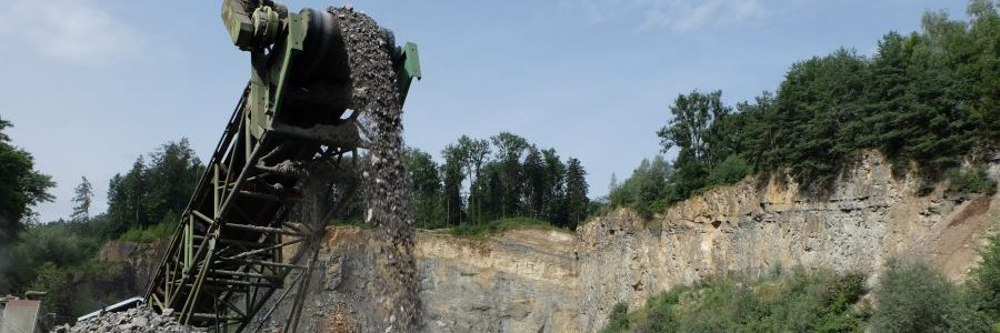 Förderband in Betrieb am Steinbruch Ruggell, im Hintergrund die Felswand